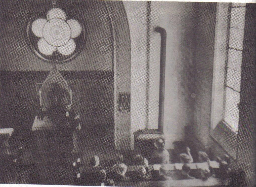 Altarraum 1956 mit Holzofen