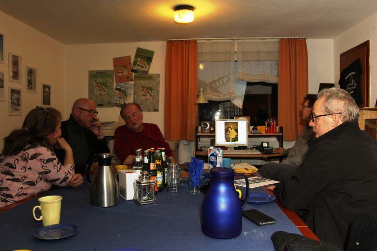 Doris Hirth, Udo Pobel-Schombach, Erich Schumacher, Armin Völk u. Bernhard Sause beim Gesprächskreis im November 2019 im Gemeidearchiv. Foto: M. Böttner